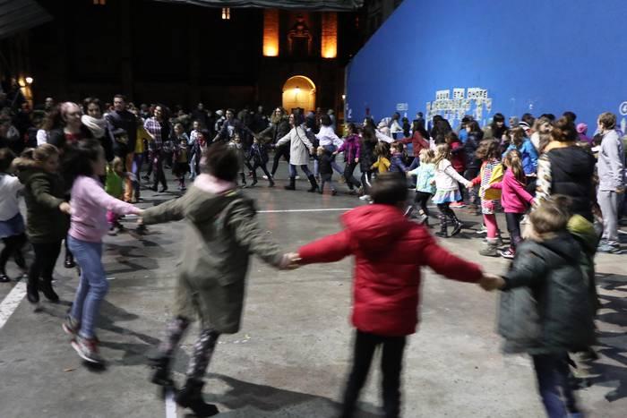 Inauteri Festari jolasean eta dantzan ekiteko familia plana Zirimarakoen eskutik