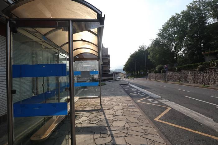 Ospitaleetara joateko autobus zerbitzua berrezartzea eskatu dute udal talde guztiek
