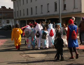 Txikienek kolorez jantzi dute herria goizeko Inauteri Festan