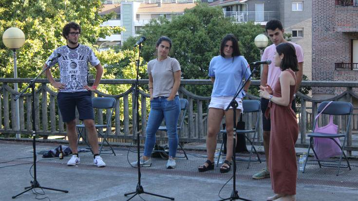 Bertsolarien belaunaldi berriak musikatu du, festarik gabeko Atxegaldeko plaza