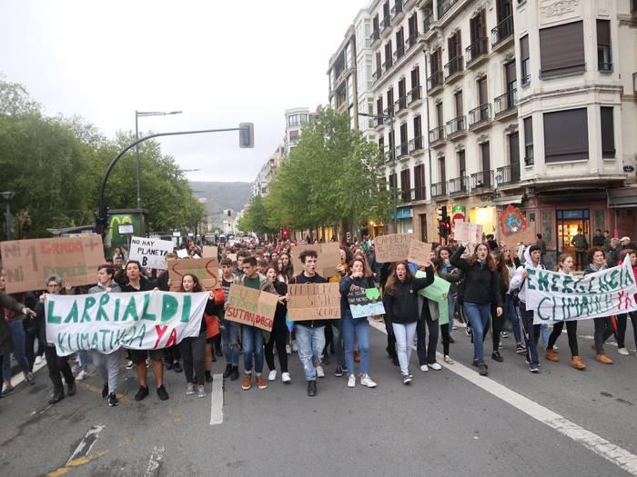 Klima aldaketaren eta errausketaren aurkako borrokak bat eginik, Fridays For Future mugimenduaren Donostiako mobilizazioan